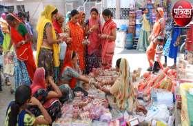 VIDEO : अक्षय तृतीया : दूल्हा-दुल्हन के लिए हो रही खरीदारी से बाजार हुए गुलजार, ब्यूटी पार्लर भी बुक