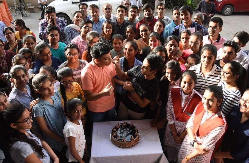 दसवीं सीबीएसई में 95+ लाकर चमके जोधपुर के होनहार,पत्रिकायन में केक काट मनाया जश्न,  देखें वीडियो