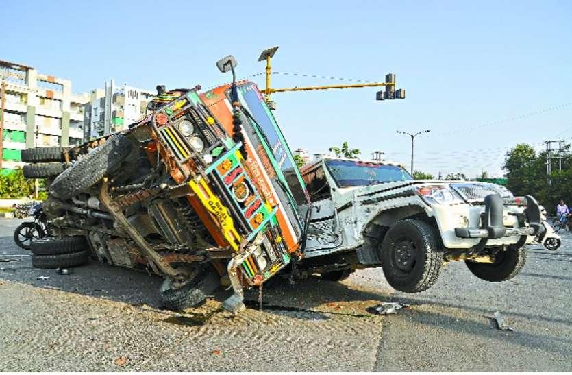 हादसा : जीप पर पलटा भारी-भरकम ट्रक, बाल-बाल बचा ड्राइवर