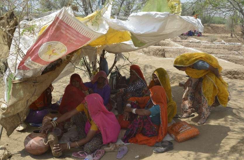 सरकार मजदूर के खाते में डाल रही पैसा, फर्जी हाजिरी भर कार्मिक उठा रहे