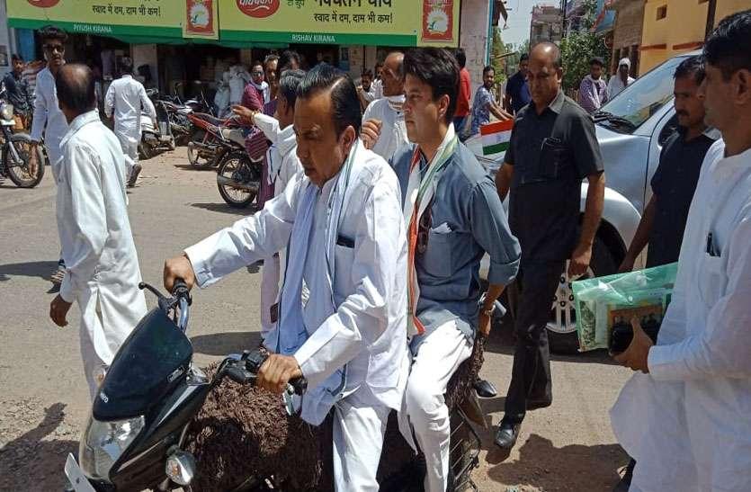 विधायक के साथ बाइक से घूमे सिंधिया, केपी के गांव में ग्रामीण कर रहे जीत के लिए यज्ञ