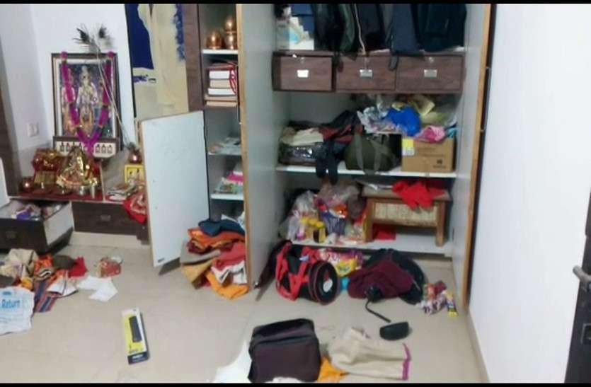 घर पर किसी के न होने का फायदा उठाकर चोरों ने बड़ी घटना को दिया अंजाम