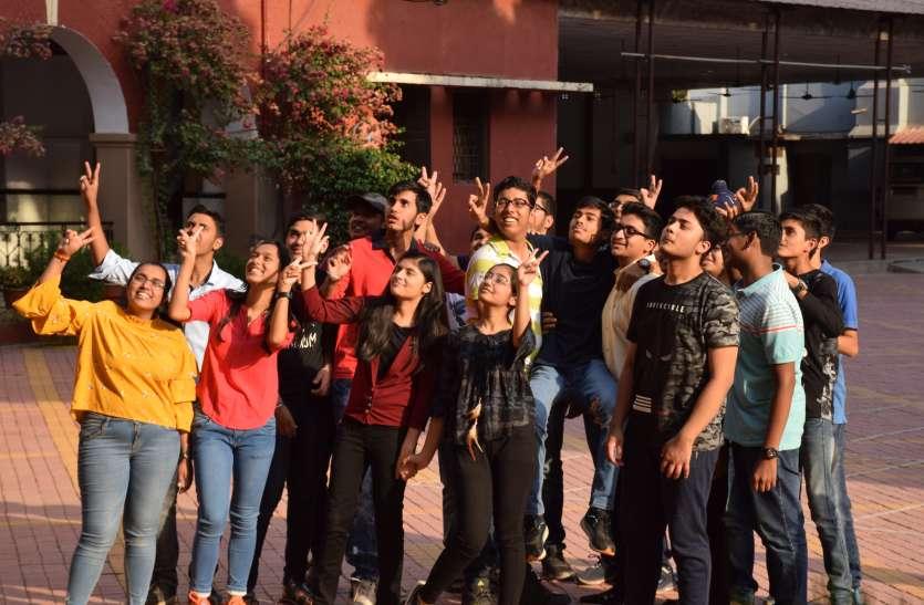 शानदार नतीजों से छात्रों के चेहरों पर छाई मुस्कान