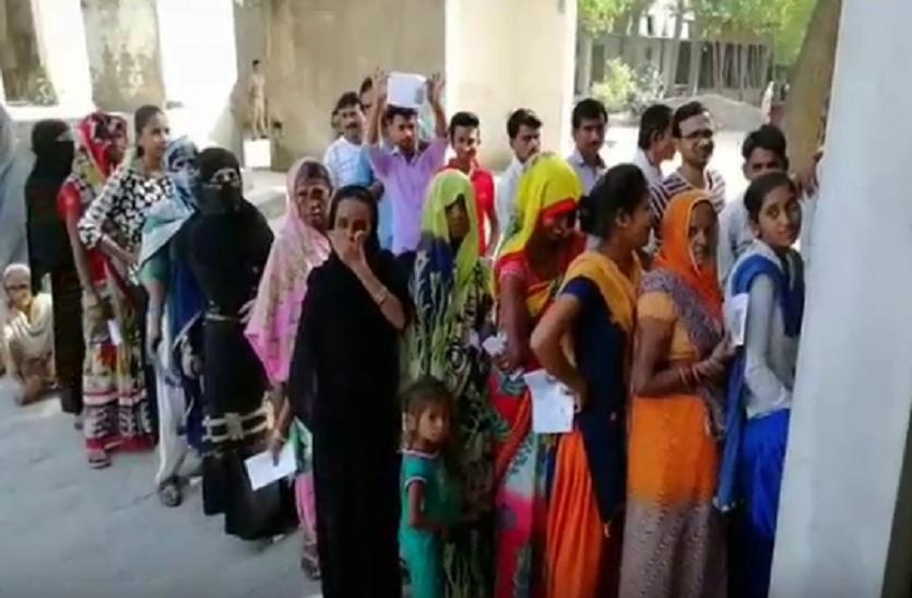डीएम नहीं करा पाए 90 प्रतिशत मतदान, देखें वीडियो