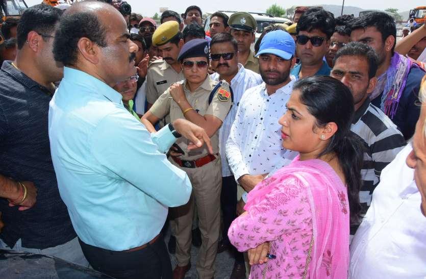 विधायक ने आमजन के साथ मेगा हाइवे पर किया प्रदर्शन