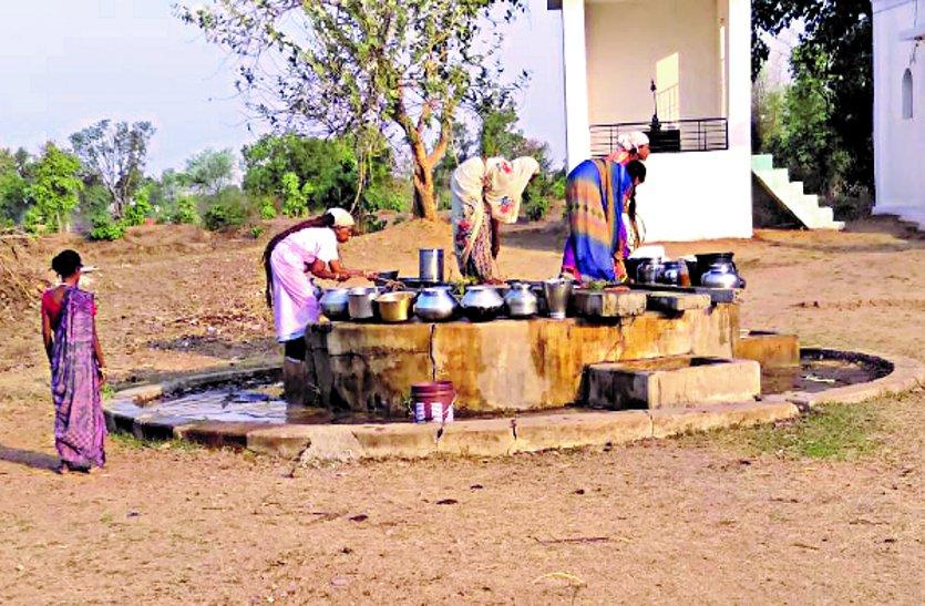 हैंडपंप में नही हुआ सुधार, नल भी बंद, कुंआ से बुझा रहे ग्रामीण अपनी प्यास