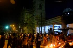 श्रीलंका: सीरियल ब्लास्ट के बाद पहली बार एंथोनी चर्च में प्रार्थना करने पहुंचे लोग, देखें वीडियो
