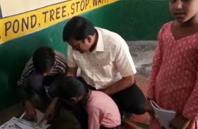 Video: स्कूल में जमीन पर बैठे डीएम तो पता चली छात्राओं के स्कूल न आने की वजह