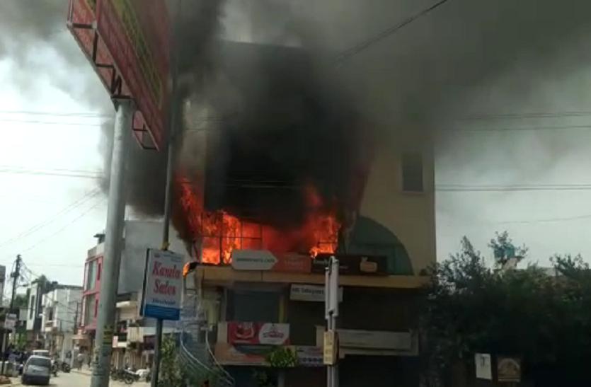 BIG NEWS: एसएसडी प्लाजा में लगी आग, दमकल की गाड़ी मौके पर