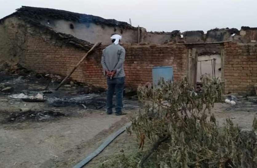 घर में भड़की आग, गृहस्थी का सामान सहित चार मवेशी जले