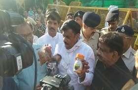 कांग्रेस के बाद अब भाजपा नेता बादाम और च्यवनप्राश लेकर पहुंचे सीएम हाउस