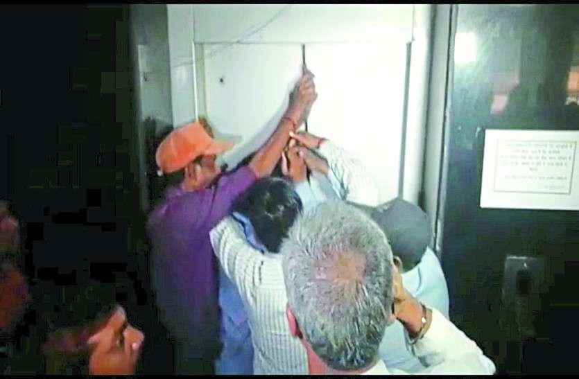 ओवरलोड की वजह से अचानक बंद हो गई चलती लिफ्ट, आधे घंटे बाद निकले अंदर फंसे 5 लोग