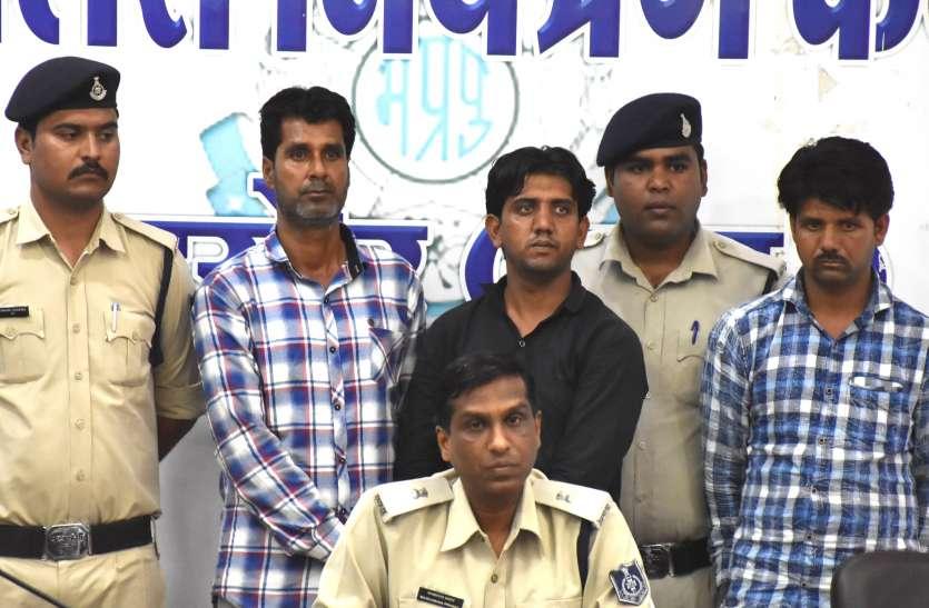 पत्थरबाजी और गोली चलाने के मामले में तीन आरोपियों को हथियार सहित किया गिरफ्तार