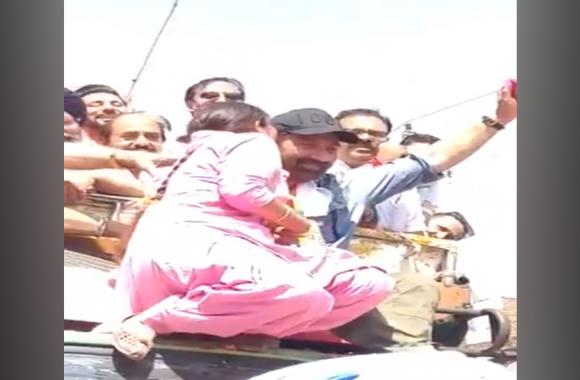 VIDEO: रोड़ शो के दौरान महिला ने किया सनी देओल को किस,शर्म से लाल पड़ गया सनी का चेहरा