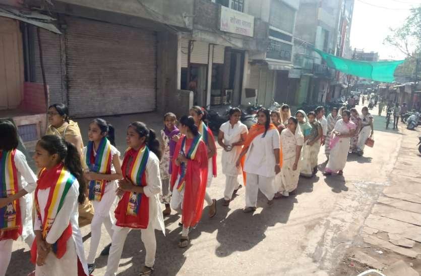 धर्म संस्कार शिविर के बच्चों की रैली निकली