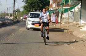VIDEO: जब 40 किलोमीटर साइकिल चला अस्पताल का निरीक्षण करने पहुंचे कलेक्टर