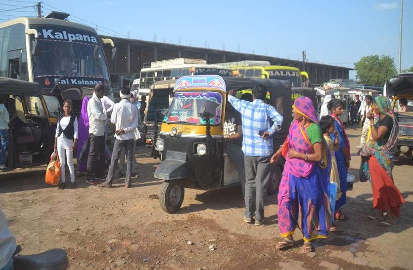 वाहन चुनाव के लिए अधिग्रहीत, सड़कों पर इंतजार करते रहे यात्री