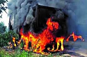 गढ़चिरौली में हथियारबंद नक्सलियों ने ग्रामीणों को धमकाया, फिर सड़क निर्माण में लगे वाहनों को कर दिया आग के हवाले