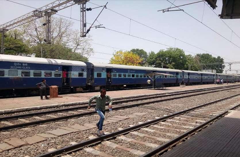 लाखों की आमदनी के बावजूद रेल सुविधाओं को तरस रहे यात्री, पेयजल की भारी किल्लत आ रही सामने