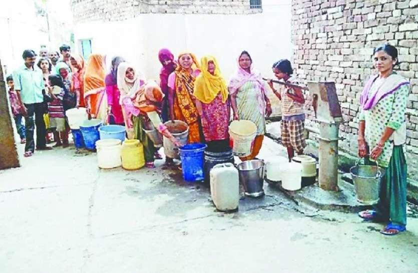 भीषण गर्मी और तपन में बुंदेलखंड में बढ़ी पेयजल समस्या, लोगों में मची त्राहि-त्राहि