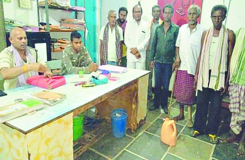 अवैध शराब के खिलाफ ग्रामीणों ने चलाया शराब पकड़ो अभियान, 5 लीटर शराब पकड़कर थाना में सौंपा