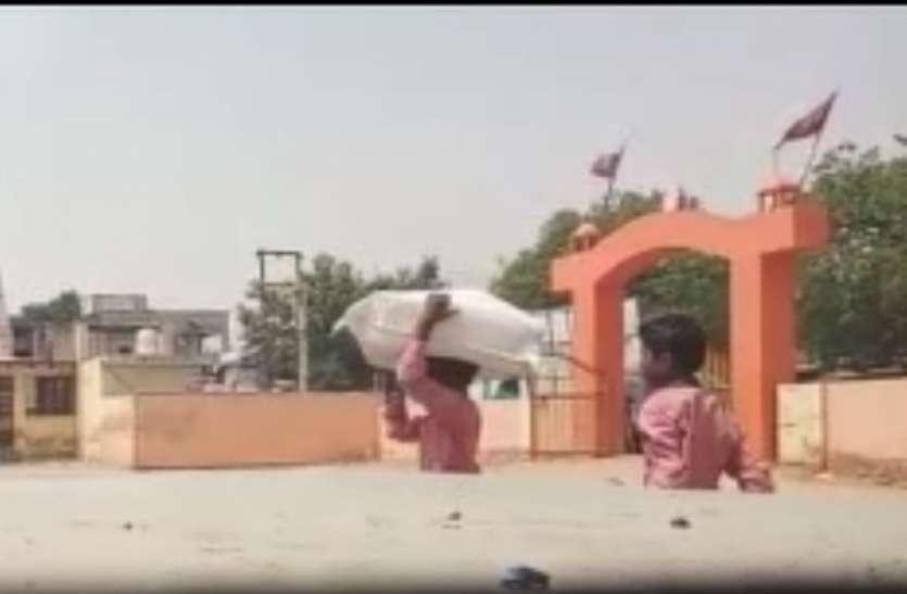 शिक्षा विभाग की बदनाम तस्वीर: पैरों के लिए मयस्सर नहीं और सिर पर उठा रहे जूतों का बोझा, देखें वीडियो
