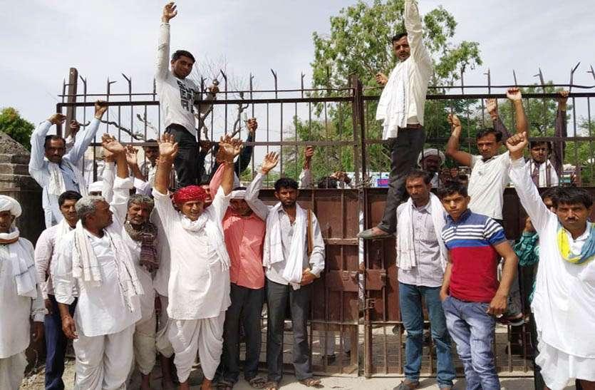 राजफैड व नैफेड के आदेशों के विरोध में किसानों ने कृषि मण्डी के मुख्य द्वार पर लगाया ताला