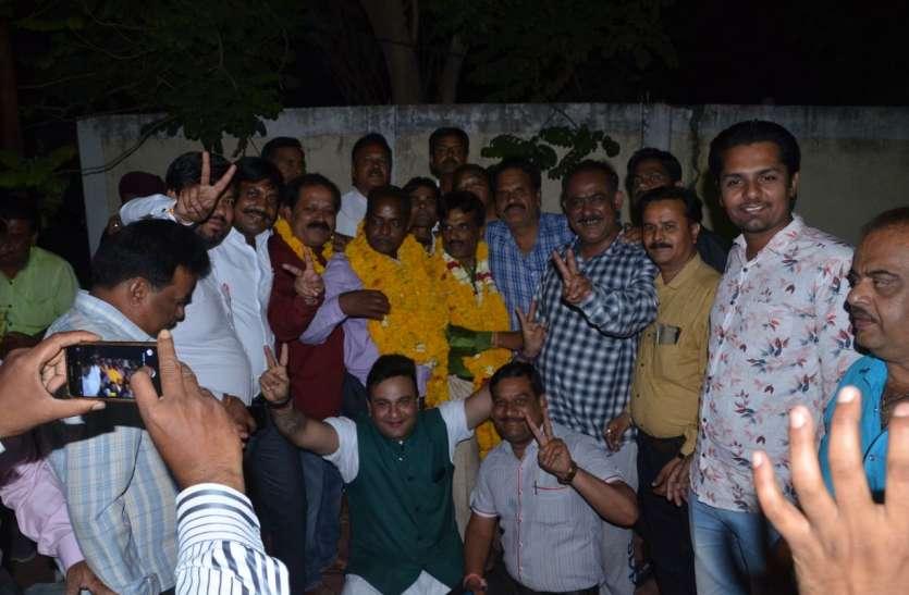 कांटे की टक्कर में मनोज हेतावल ५ वोट से जीतकर बने अध्यक्ष वर्तमान अध्यक्ष रामप्रसाद सूर्यवंशी को हराया