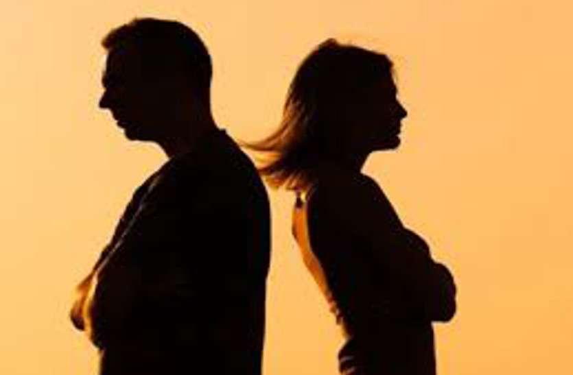 पत्नी फेसबुक पर किसी से चुपचाप करती थी चैटिंग, पति ने रोका तो हुआ ऐसा हाल...