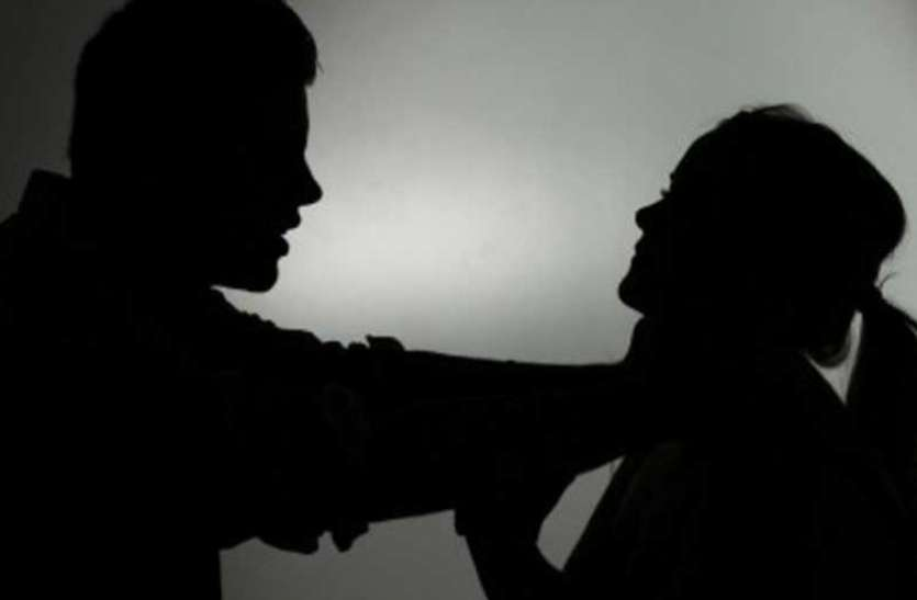 पहले पत्नी को फावड़े से काट कर मार डाला फिर खुद भी फांसी पर झूल गया शिक्षक