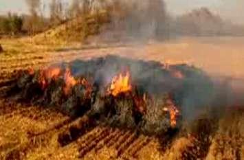 पोलिंग बूथ के पास खेत में लगी आग, रोका गया मतदान ईवीएम को बाहर निकाला गया
