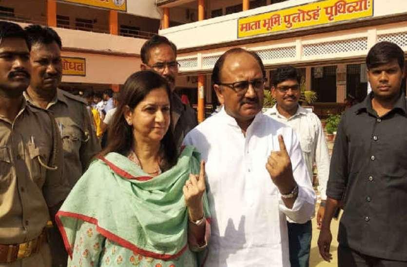 इलाहाबाद सीट पर वोटिंग जारी, कैबिनेट मत्री सिद्धार्थनाथ सिंह ने अपनी पत्नी के साथ किया मतदान