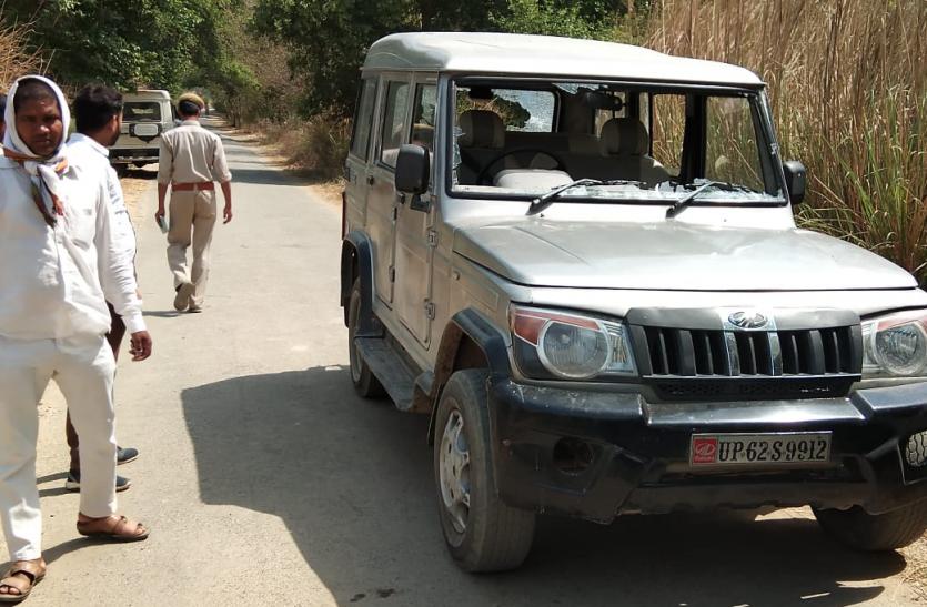 दरोगा ने मतदाता को मारा चांटा, गुस्साये लोगों ने मारने के लिए दौड़ाया बोलेरो पर पथराव किया