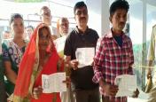 जौनपुर में कई बूथों पर नहीं शुरू हो सका मतदान, ईवीएम मशीनें खराब