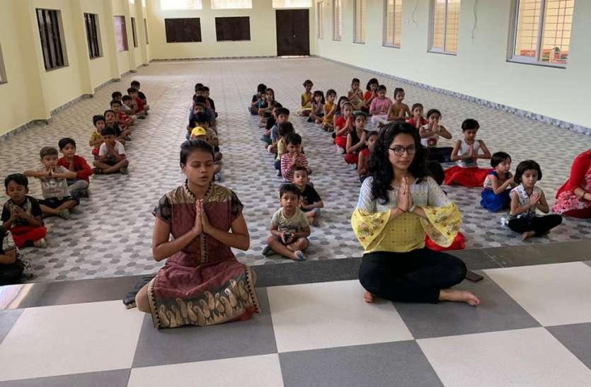 बच्चों और मदर्स ने सीखा योगा