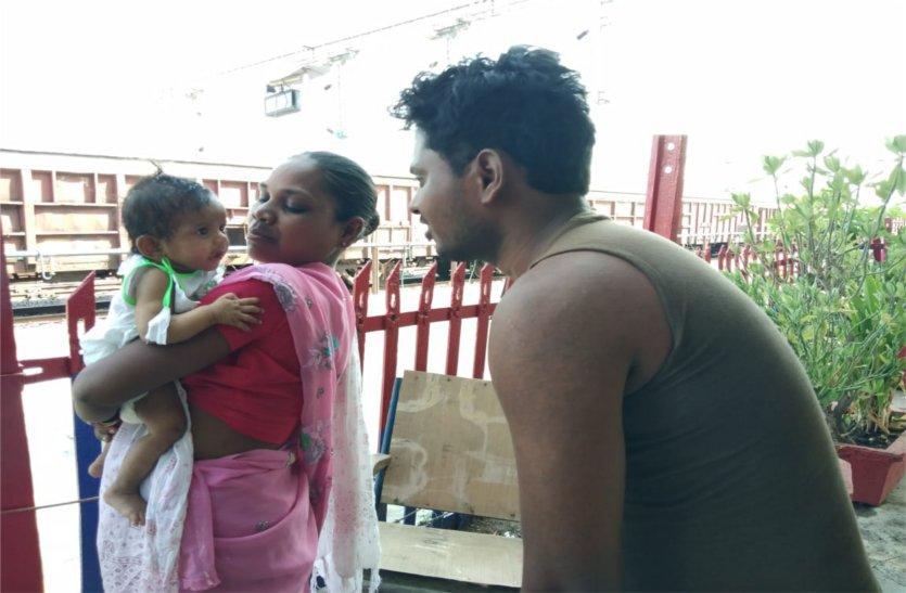यहां दुधमुंही बच्ची को ट्रेन में छोड़ गए कलयुगी मां-बाप, पढ़े खबर