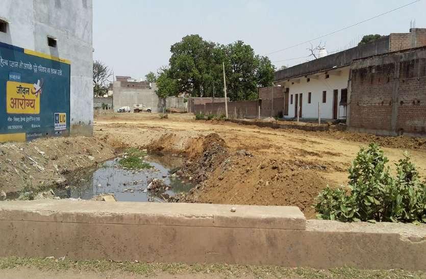 शासकीय नाले को पाटकर बना लिया रास्ता, बरसात में लोगों के घरों में भरेगा पानी