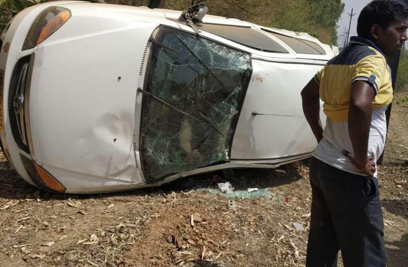 मवेशी बचाने के चक्कर में सड़क से नीचे पलटी कार, तीन घायल