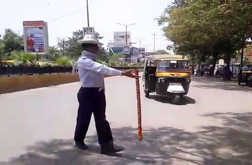 यातायात पुलिस द्वारा ऑटो चालकों पर कार्यवाही