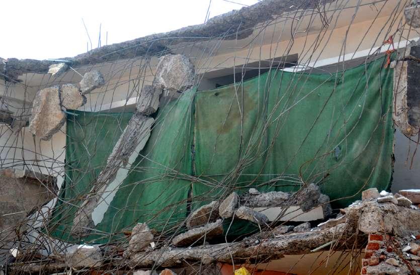 मतदान के दो दिन पहले स्कूल से भगाया अब टूटे घर में रहने मजबूर परिवार, हवा में झूल रही छत