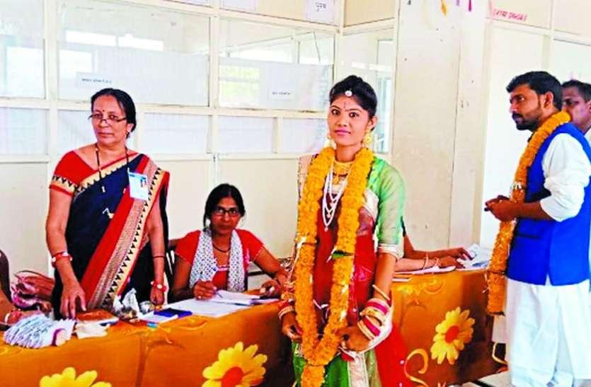 Loksabha Election 2019 : शादी की रस्मों के बीच वोट डालने पहुंचे दूल्हा-दुल्हन