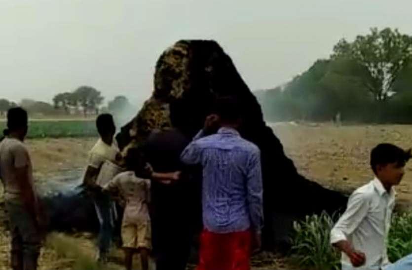 फिरोजाबाद में आग से जलकर स्वाहा हुई कई बीघा फसल, मौके पर नहीं पहुंची फायर ब्रिगेड, देखें वीडियो
