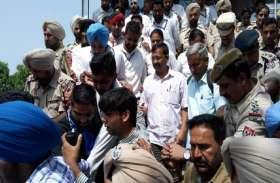 पंजाब में दिल्ली के सीएम अरविंद केजरीवाल के खिलाफ फूटा लोगों का गुस्सा,  दिखाए काले झंडे
