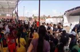 जब बैरेकेडिंग फांद लोगों से मिलने पहुंचीं प्रियंका गांधी, एसपीजी के उड़े होश, देखें VIDEO