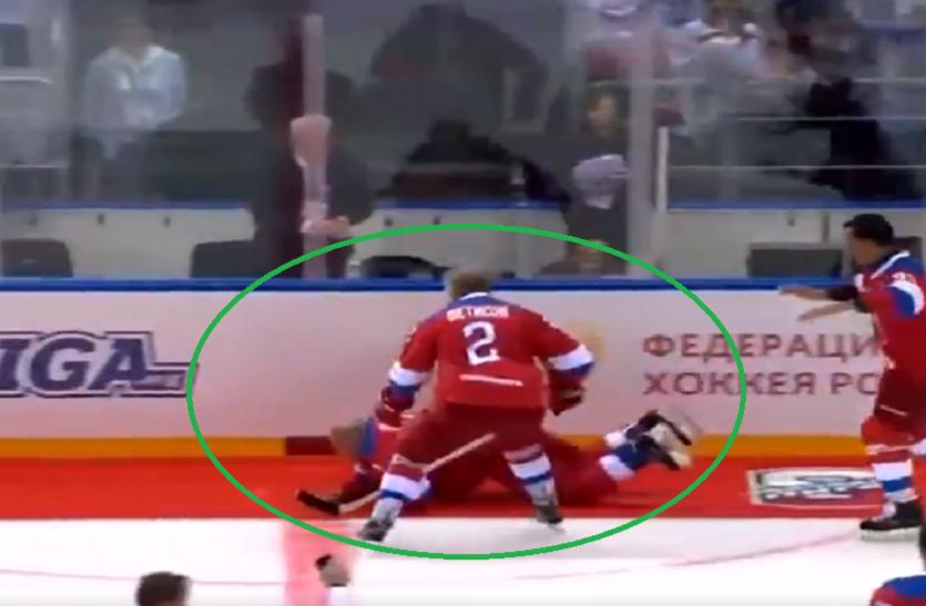 राष्ट्रपति पुतिन खेल रहे थे हॉकी अचानक गिर पड़े जमीन पर, वीडियो हो गया वायरल