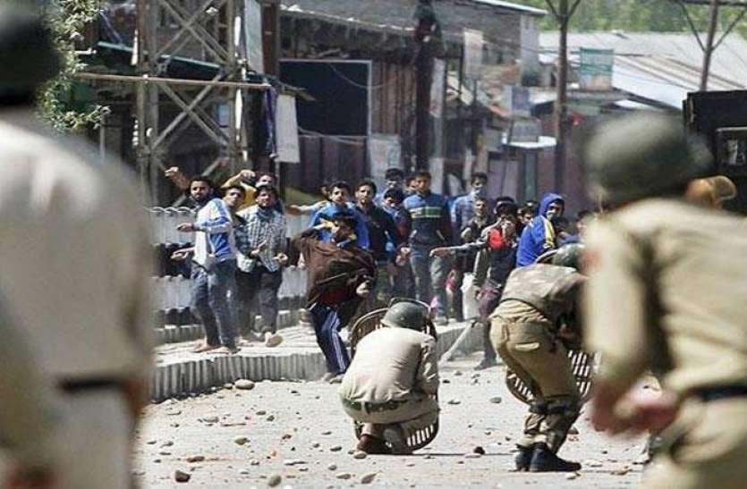 बारामूला हाईवे पर प्रदर्शनकारियों ने की पत्थरबाजी, 47 जवान घायल