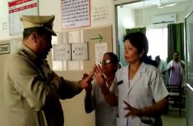 अस्पताल स्टॉफ को रेप पीड़ित तीन साल की बच्ची पर भी नहीं आई दया, एसपी से भी हुई नोक झोंक- देखें वीडियो
