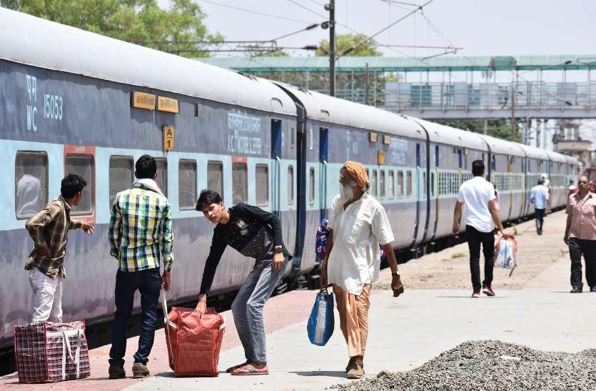 इस सबसे बड़े स्टेशन में चिलचिलाती धूप में ट्रेन पकड़ते हैं यात्री, बैठने और प्रसाधन की भी नहीं सुविधा, देखें वीडियो