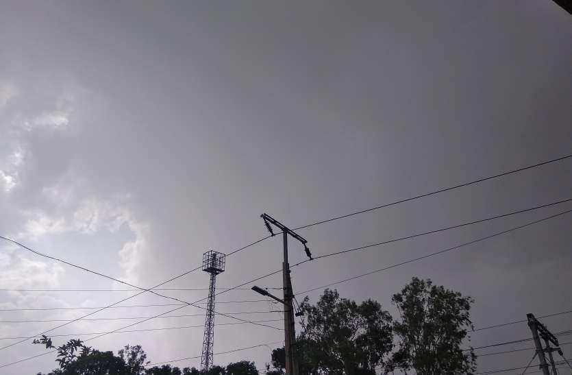 बदला मौसम का मिजाज, काले बादलों ने आसमान में जमाया डेरा बूंदाबांदी जारी