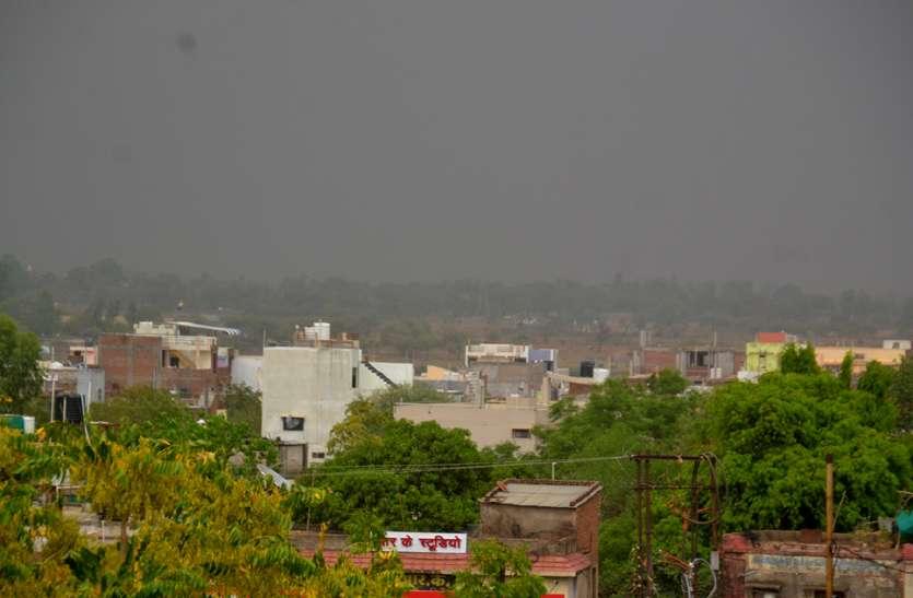 रात में हुई बारिश और दोपहर में फिर छाए बादल, पारा भी घटा